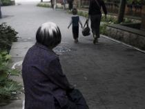 一个老人收养一个小孩怎么办
