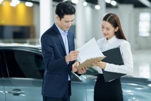 谁与物业服务企业签订物业服务合同
